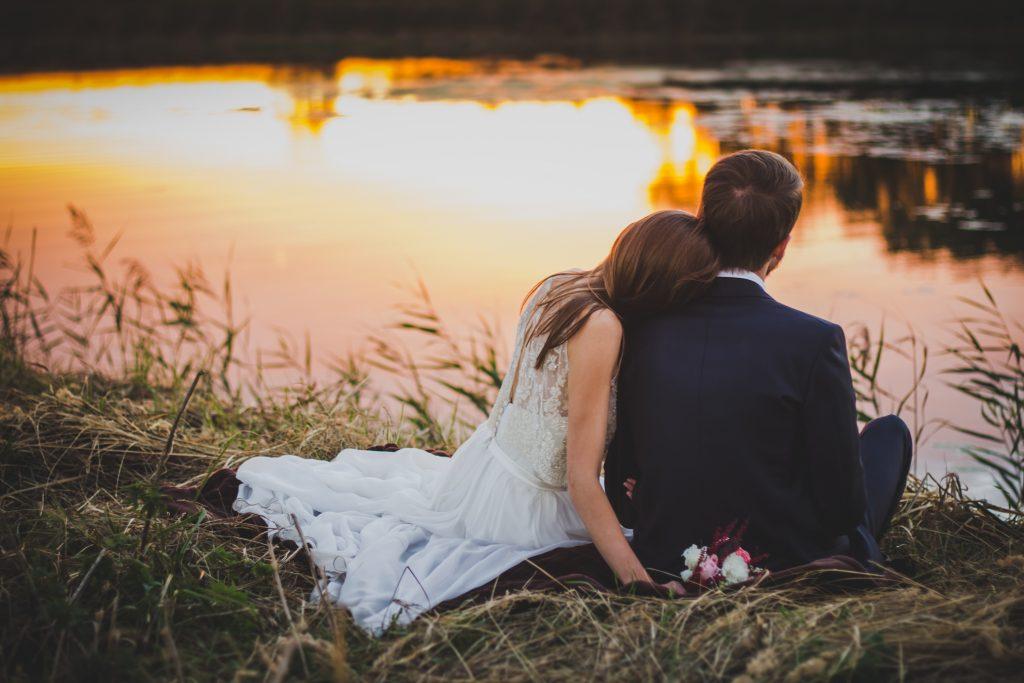 couple sitting near the kandy lake